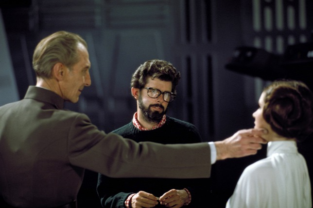 Peter Cushing, George Lucas și Carrie Fisher pe platoul de filmare