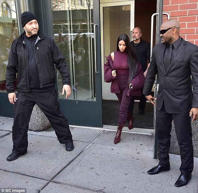 Kardashian are acum bodyguarzi 24 din 24. Imaginea e din 15 februarie 2017, în New York. Sursa: Daily Mail