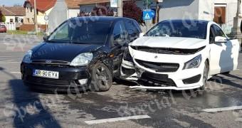 Accident între un Ford și un Mercedes în Aradul Nou | Foto