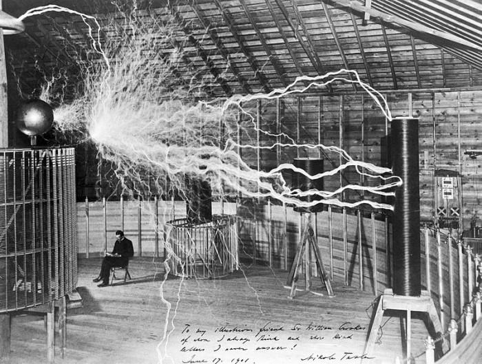 Nikola Tesla in laboratorul său din Colorado Springs, în jurul anului 1900