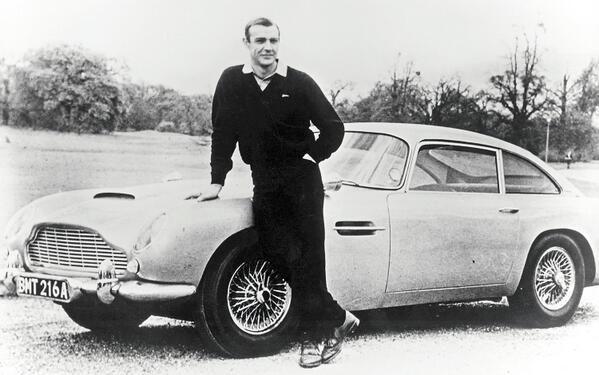 1965 – Sean Connery alături de un Aston Martin DB5