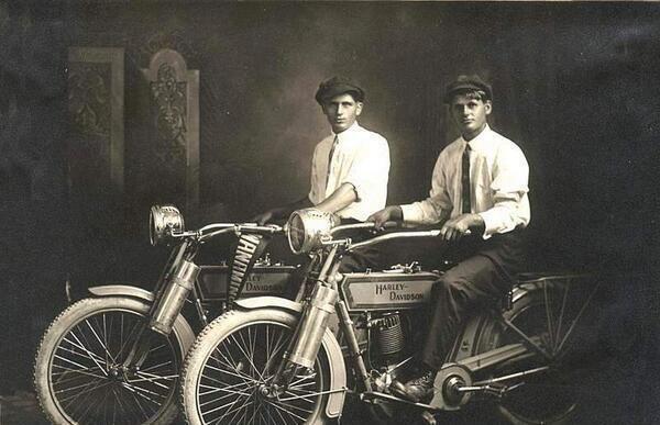 William Harley și Arthur Davidson, 1914 – Compania a fost fondată în 1903
