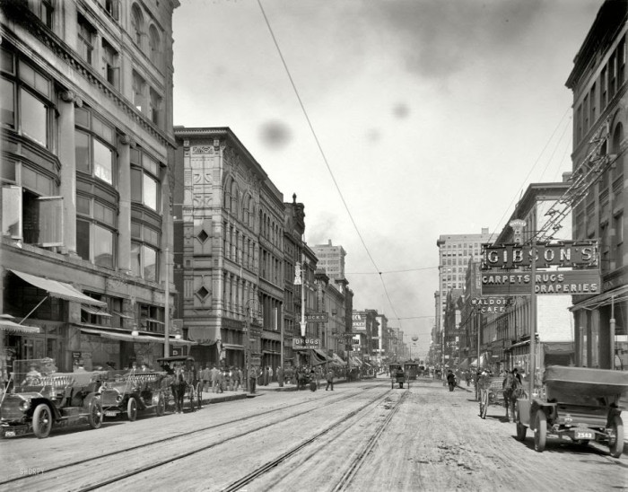 02-The-main-street-of-Memphis-north-of-Avenue-Gayoso-1910