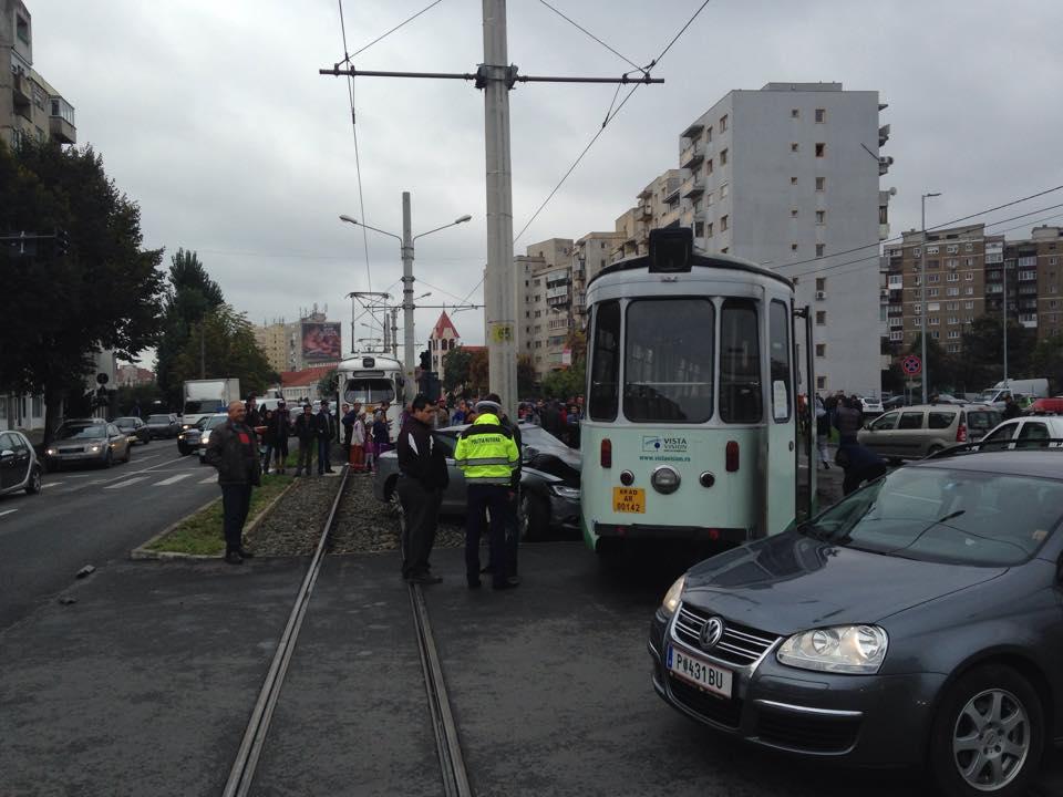 accident in vlaicu tramvai si masina (1)