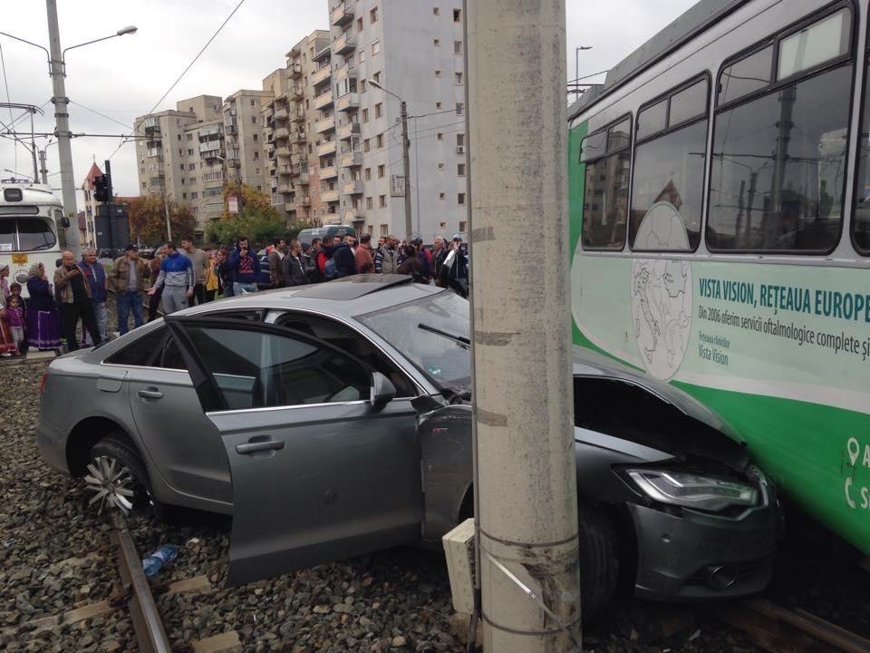 accident in vlaicu tramvai si masina (2)