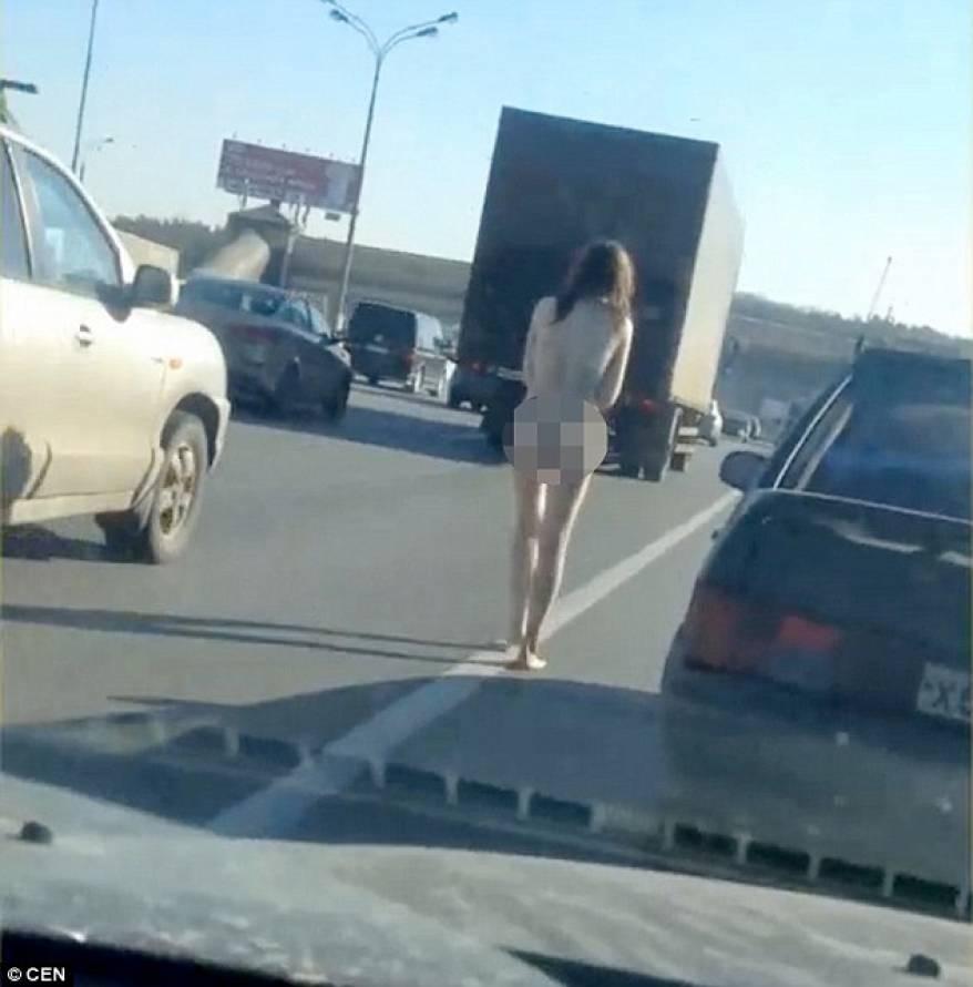 o-tanara-a-mers-dezbracata-pe-mijlocul-unei-autostrazi-aglomerate-foto-video-140275