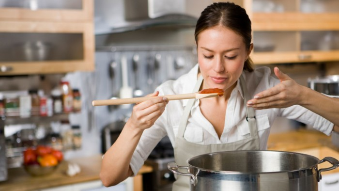 Woman-cooking-pasta-sauce_p8lzkf