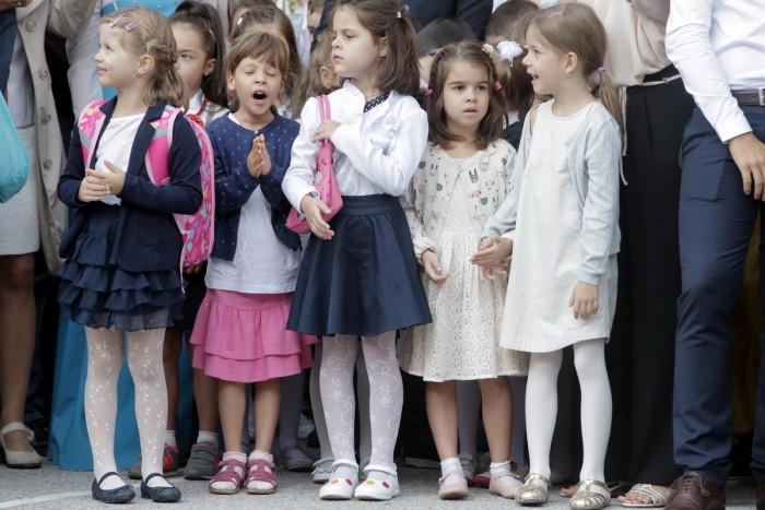 deschiderea-anului-scolar-2016-21-copii-elevi-flori