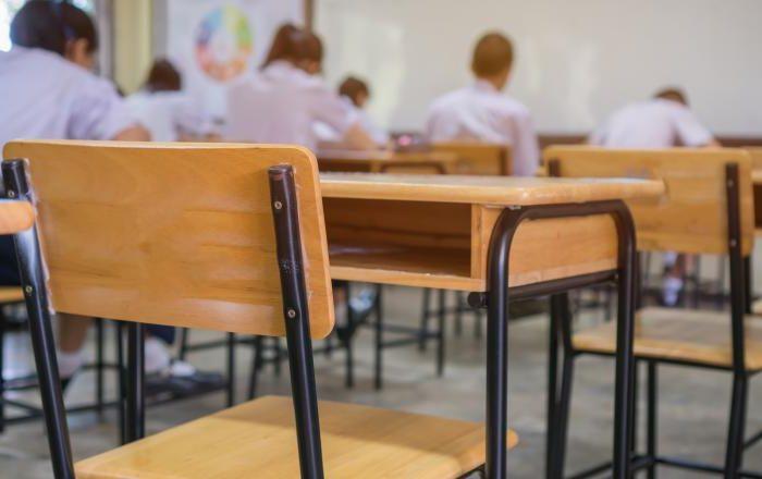 Astăzi se reia școala cu reguli stricte de distanțare și de igienă! Elevii din clasa a XII-a și cei din a VIII-a se întorc la cursuri