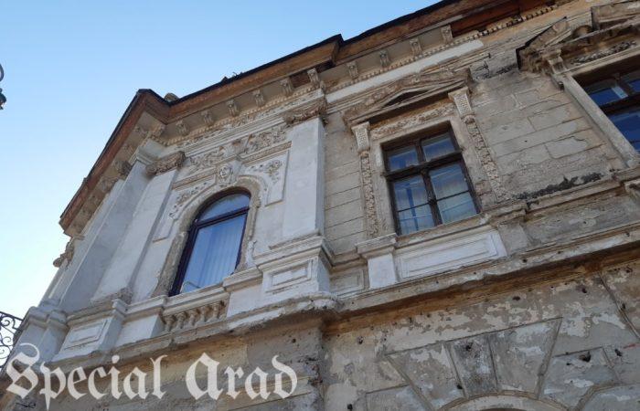 Cu doar 1000 de lei pensie și cu sănătatea șubredă, o femeie de 90 de ani crește flori pe balcon pentru a-și achita ratele pentru renovarea fațadei clădirii din centrul Aradului